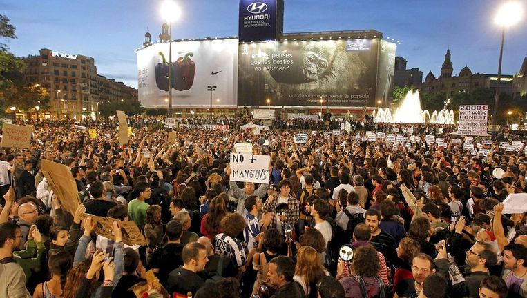 Ook in andere Spaanse steden gingen demonstranten de straat op, zoals hier in Barcelona. Beeld epa