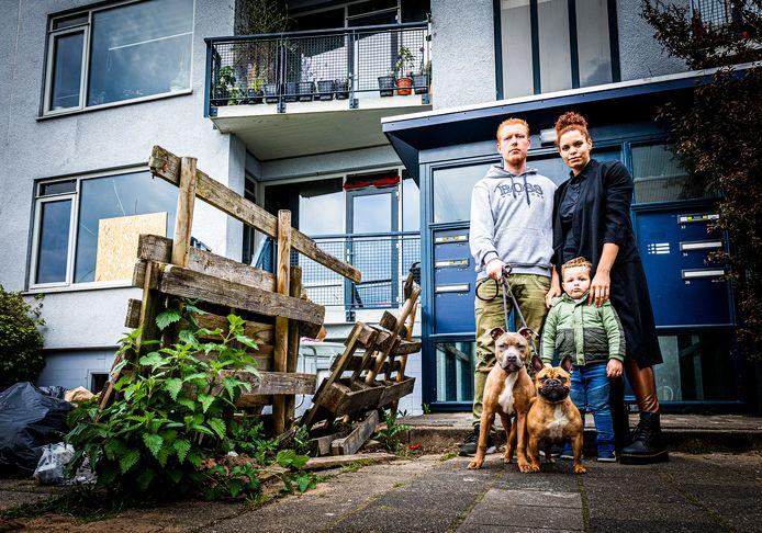 Fabienne Collymore en haar gezin kunnen na de brand in de portiekflat in Dordrecht voorlopig hun woning niet meer in.