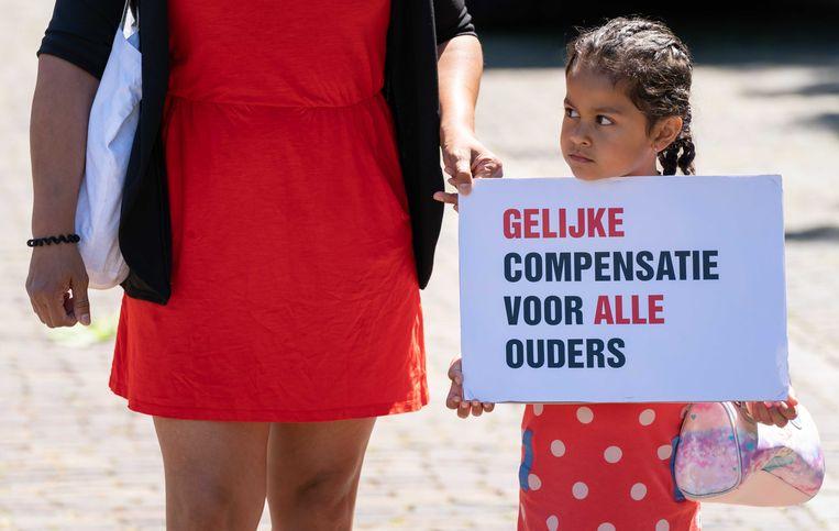 Gedupeerde ouders van de toeslagenaffaire voeren actie op het Plein in Den Haag.  Beeld ANP