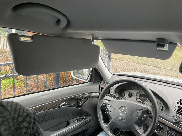 Dubbele zonnekleppen in de auto.