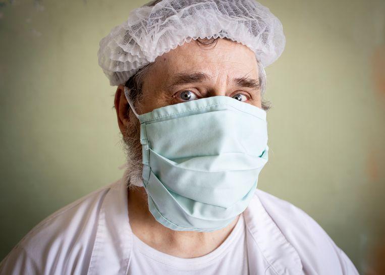 Paul (62, gedetineerde): 'Gelukkig kan ik in de keuken werken. Sinds corona is het echt erg: we vervelen ons steendood.' Beeld Lieve Blancquaert