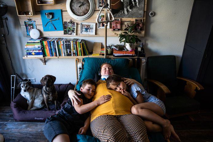 De alleenstaande moeder ligt bijna 24 uur per dag plat. Ze kan niets. Daarom is ze een crowdfundingsactie begonnen om te kunnen worden geopereerd door een Spaanse arts die zegt haar te kunnen helpen.  .