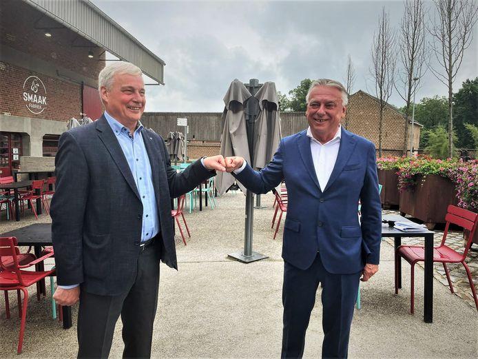 Burgemeester van Borgloon Eric Awouters (Open Vld/Stroop) en burgemeester van Tongeren Patrick Dewael (Open Vld/Tongeren.nu) geven het startschot van een mogelijke fusie tussen Borgloon en Tongeren.