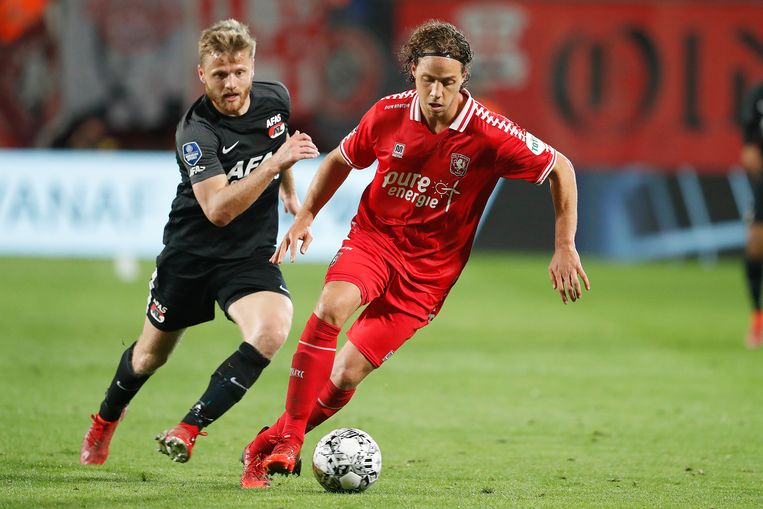 AZ-middenvelder Midtsjö (links) moet Troupee van FC Twente laten gaan. Beeld Pro Shots / Niels Boersema