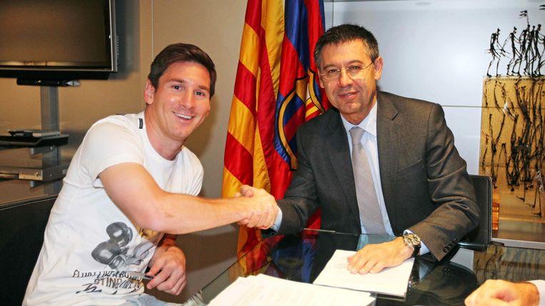 Maandag: Messi schudt de hand met Barcelona-voorzitter Bartomeu nadat hij zijn handtekening gezet heeft onder een contractverlenging.