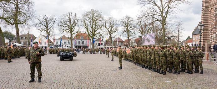 De militairen van de 13. Lichte Brigade waren aanwezig bij de commando-overdracht.