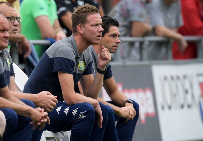 Sjoerd van der Waal (rechts) en Rogier Veenstra op de bank tijdens een wedstrijd van ASWH.