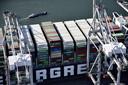 Luchtfoto van het containerschip Ever Given bij de ECT Delta terminal in de Rotterdamse haven.