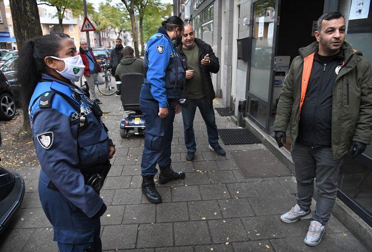 Boa's in Rotterdam aan het werk. Beeld Marcel van den Bergh / de Volkskrant