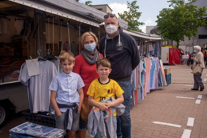 Carla, Bart, Casper en Victor houden zich aan de mondmaskers op de markt.
