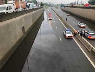 A12 afgesloten door hevige regenval: brandweer moet water onder brug wegpompen