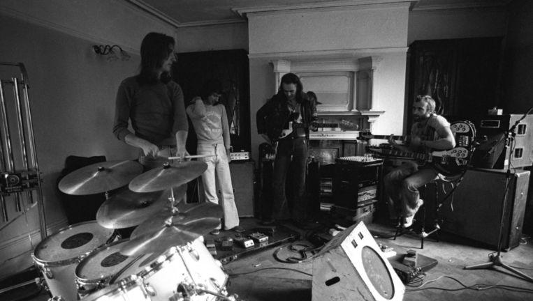 Repetitie van de band Genesis, met v.l.n.r. Mike Rutherford, Tony Banks, Peter Gabriel en Phil Collins Beeld Redferns
