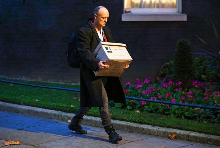 Dominic Cummings verliet 10 Downing Street vandaag met ostentatief een verhuisdoos in de handen. Beeld REUTERS