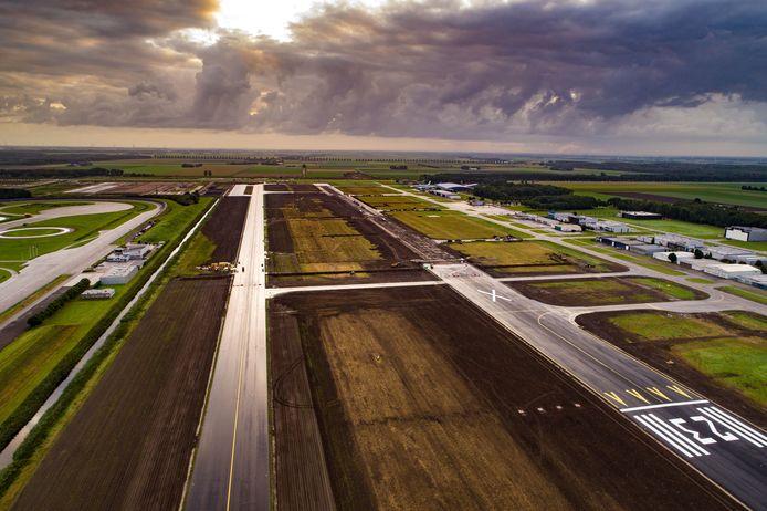 De start- en landingsbaan van Lelystad Airport.