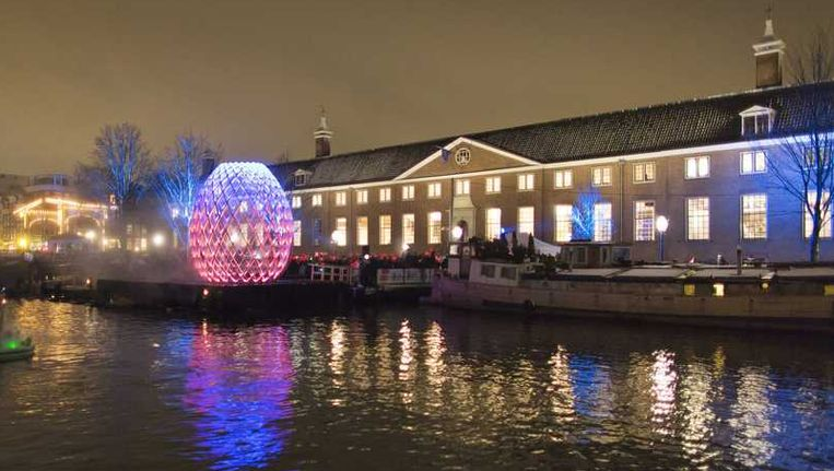 Een lichtsculptuur bij de Hermitage, tijdens de viering van Amsterdam Light Festival Beeld reuters