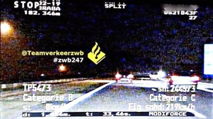 Hardrijder scheurt met 219 per uur over weg en knippert met lichten om politie opzij te doen gaan