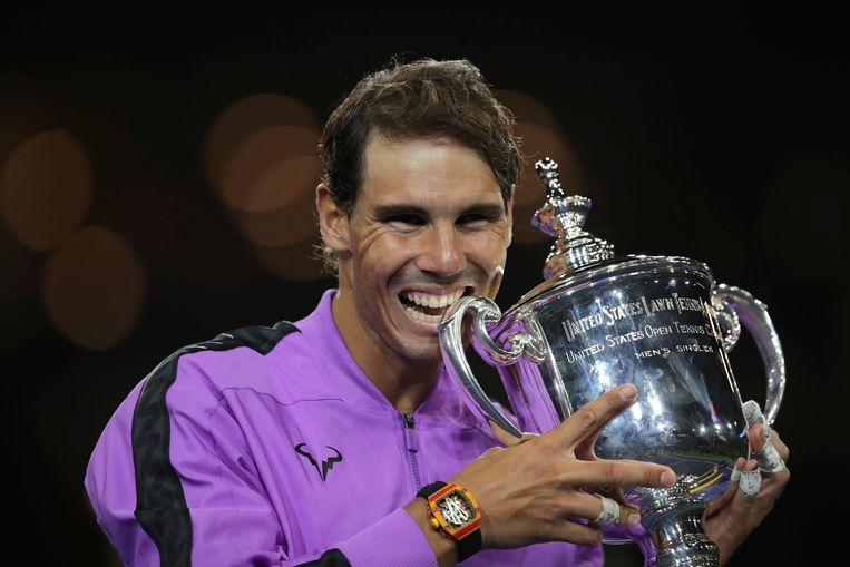 Dolblij neemt Rafael Nadal een 'hap' uit de kampioensbokaal na zijn zege op de Rus Daniil Medvedev in de finale van de US Open. Beeld AP
