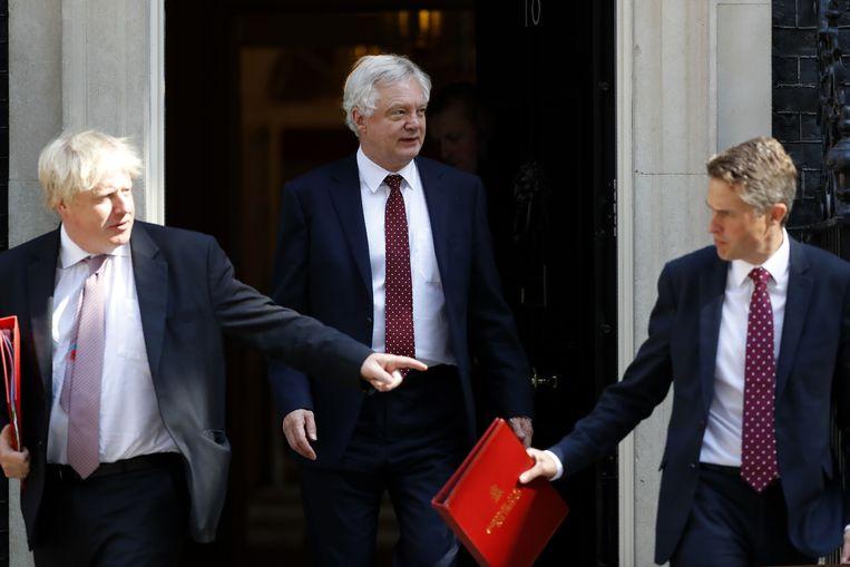 Brexitminister David Davis (midden) verlaat samen met de minister van Buitenlandse Zaken Boris Johnson (links) Downing Street. Beeld AFP