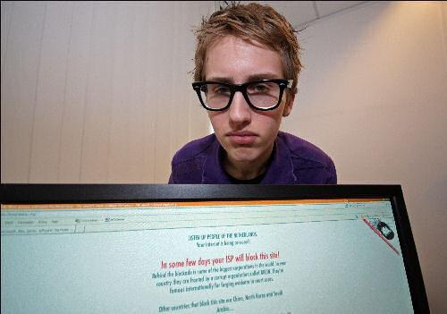 De 16-jarige Damiaan Reijnaers uit Roosendaal heeft woensdag een anti-BREIN site gelanceerd. The Pirate Bay, die straks niet meer mag worden doorgegeven door providers, waarschuwt via haar eigen website, Nederlanders om in actie te komen. foto John Lazaroms