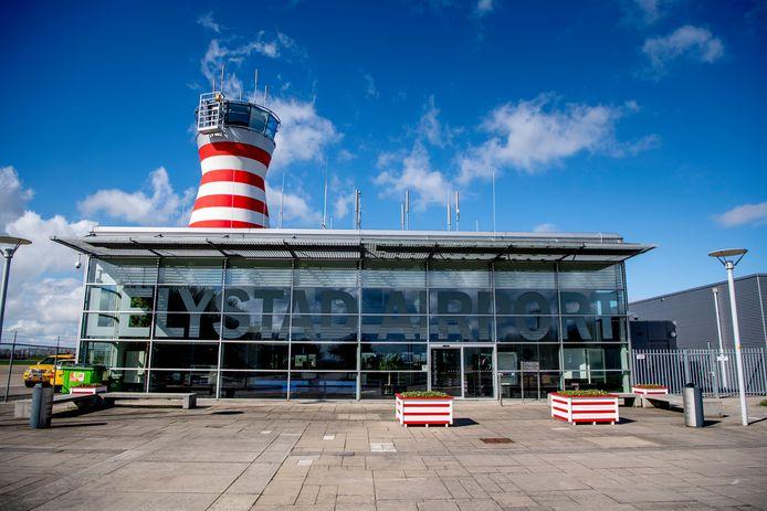 Lelystad Airport zou aanvankelijk in april 2018 van start gaan als vakantieluchthaven. Inmiddels is de opening al drie keer uitgesteld en wordt het volgens de minister 'ergens na april 2020'.