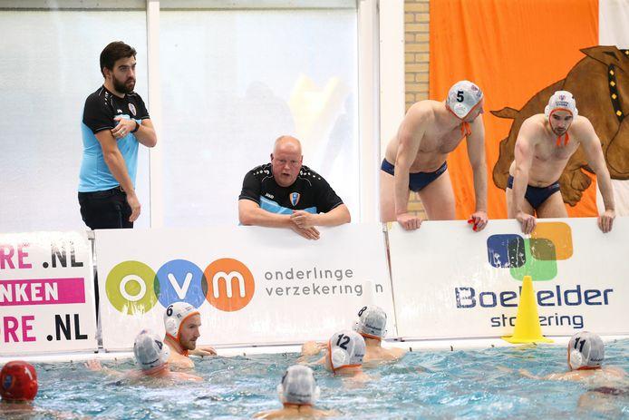Coach Zeno Reuten geeft BZC instructies in de wedstrijd tegen ZPC.