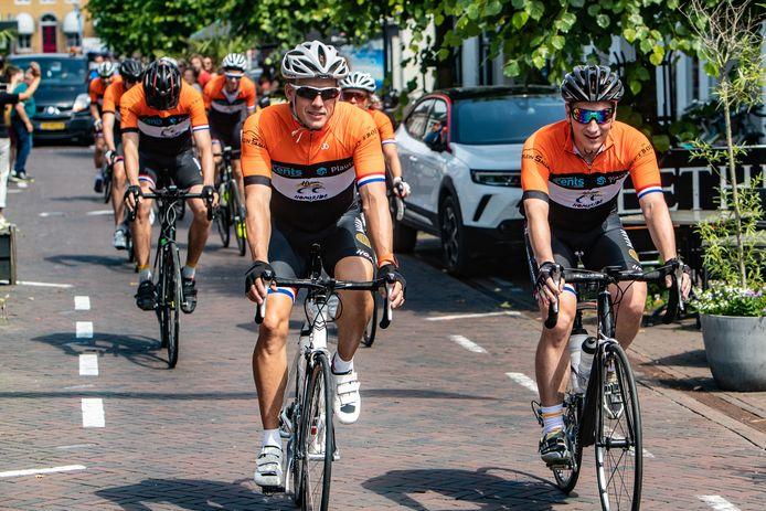 Ook in andere plaatsen klimmen wielrenners op de fiets voor Kika.