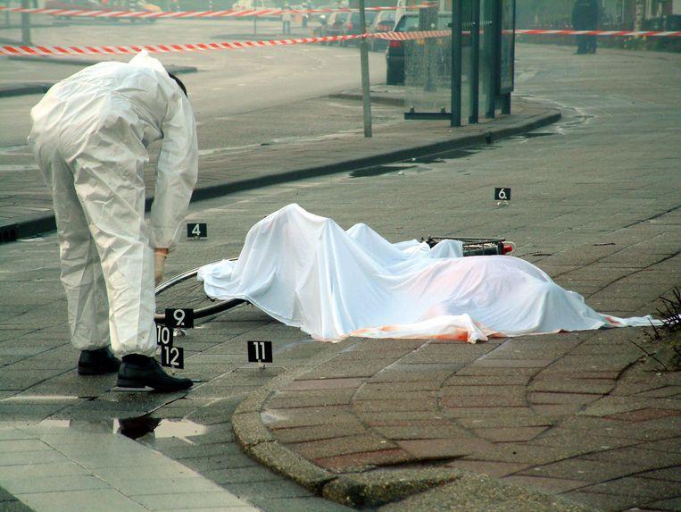 Onderzoek bij het lichaam van Martin Hoogland in Hoorn. Hij werd op zijn fiets beschoten toen hij even uit de open inrichting was waar hij verbleef.  Beeld ANP