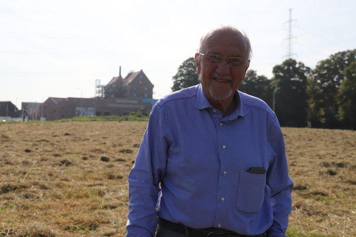 Jeff Valkeniers, de trekker van de protestactie, aan de landbouwgrond waar het containerpark zou komen.
