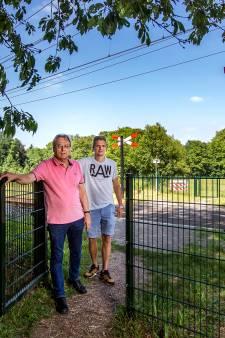 Wandelaars tussen hoop en vrees over sluiting laatste Deventer onbewaakte spoorovergang: 'Hier wordt niemand doodgereden'