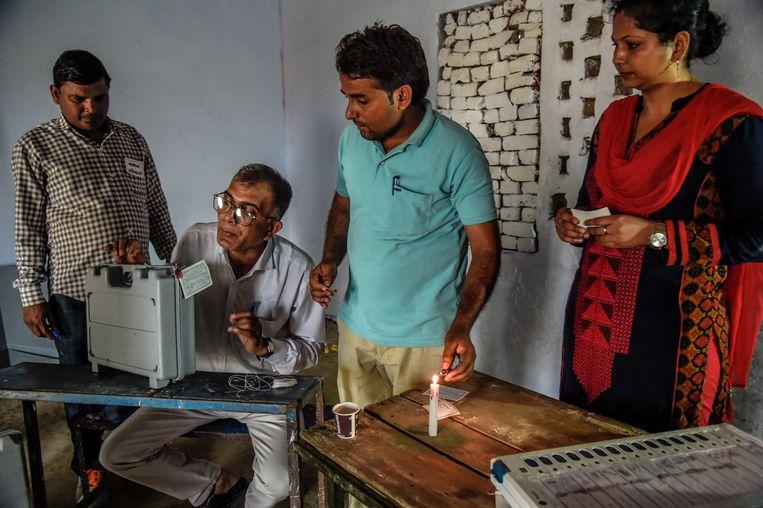 Verkiezingstijd. Stembureau in de deelstaat Uttar Pradesh, Noord-India, met elektronische stemmachine. Beeld Getty Images