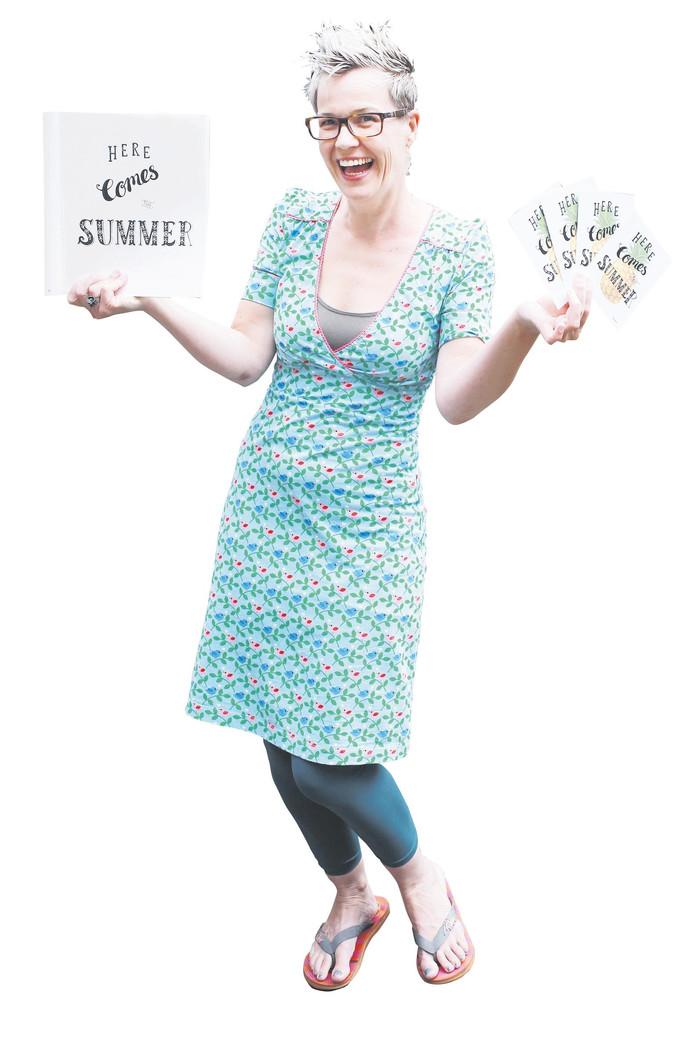 Martine Boere met één van haar illustraties: here comes summer!