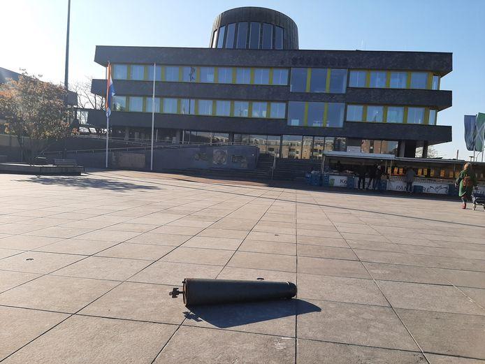 Een uit het wegdek gerukt Amsterdammertje ligt midden op het Raadhuisplein voor het stadhuis.