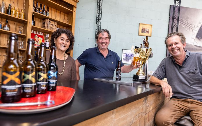 Het trio achter Bourgogne Kruis uit Oosterhout viert de titel van Brabants Lekkerste Bier 2021: van rechts naar links de broers Willem en Paul Thuring en Willems vrouw Monique.