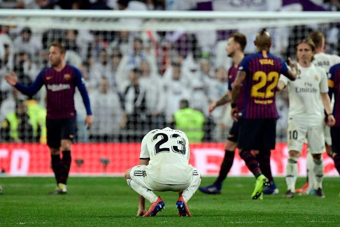 Teleurstelling bij Real-speler Sergio Reguilon na de ruime nederlaag tegen Barcelona.