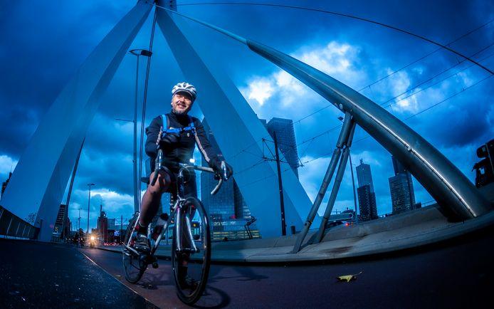 David Drexhage fietst vanuit Dordrecht naar zijn werk bij het Erasmus MC in Rotterdam.