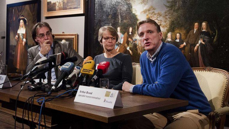 Ad Geerdink, directeur van het Westfries Museum , Arthur Brand, specialist in kunstcriminaliteit (rechts) en Yvonne van Mastrigt, burgemeester van Hoorn, geven uitleg tijdens een persconferentie over de in 2005 gestolen kunst uit het museum. (Beeld uit december 2015). Beeld anp