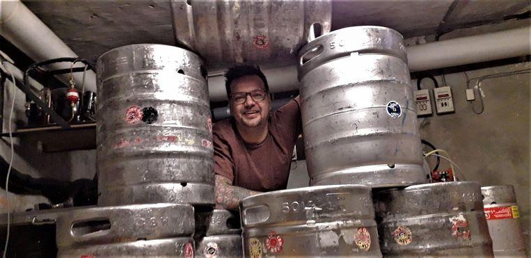 Cafébaas Steven Verbruggen van Bar-Baar tussen de talrijke vaten bier.