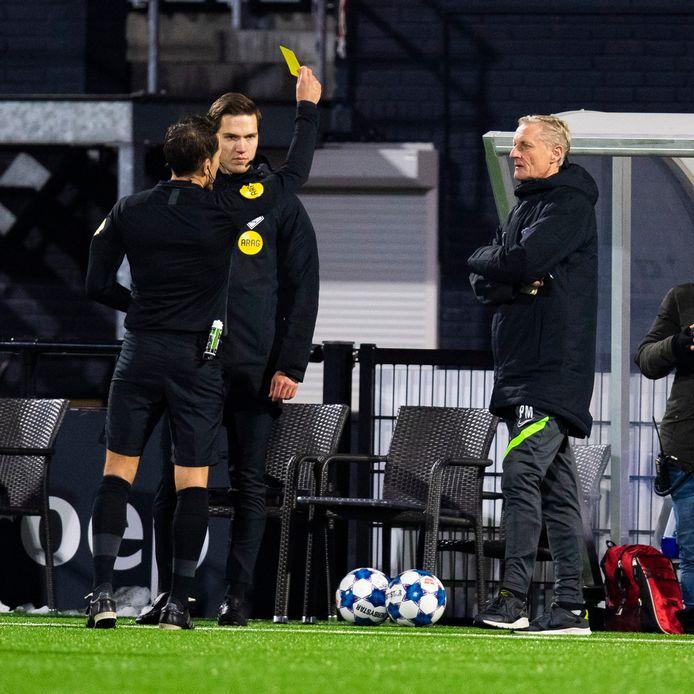 Assistent-trainer Pascal Maas krijgt geel tijdens de wedstrijd tegen NEC.