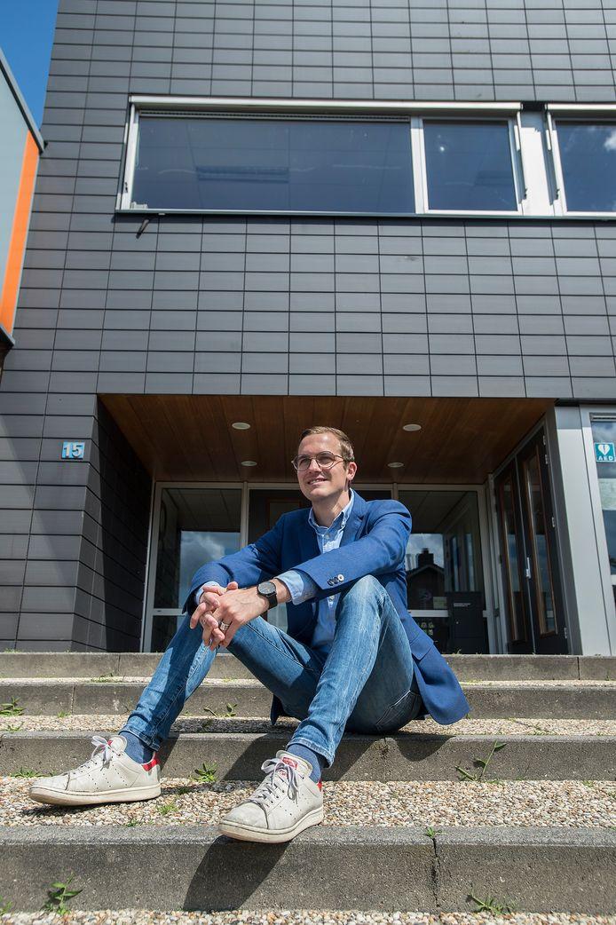 Luc Rullens (23) uit Made op de trappen van het Dongemond College: 'Ik geloof dat je het onderwijs nodig hebt om structurele veranderingen te realiseren.'
