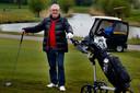 Ex-coranapatiënt Toon Nouwens staat weer op de golfbaan.