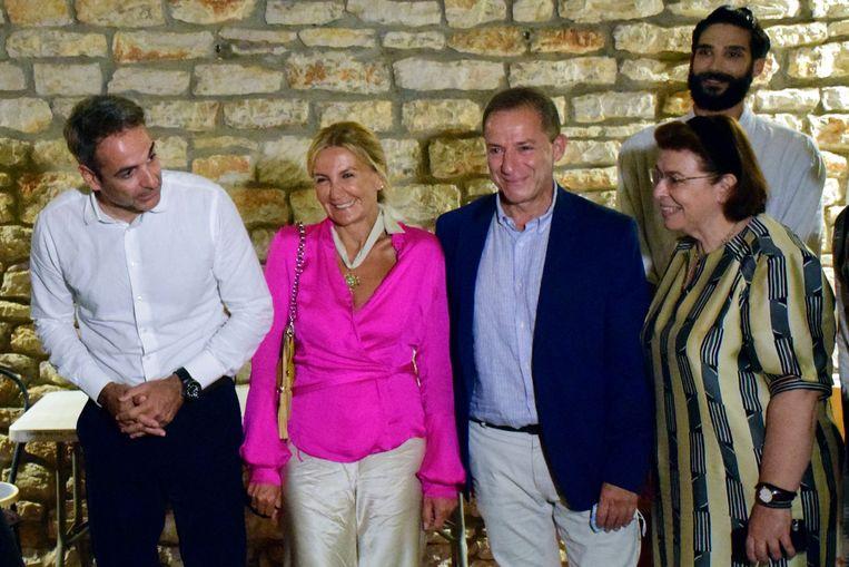(vlnr) De Griekse premier Kyriakos Mitsotakis en zijn vrouw Mareva Grabowski . Naast hen Dimitris Lignadis en minister van Cultuur Lina Mendoni. Beeld AFP