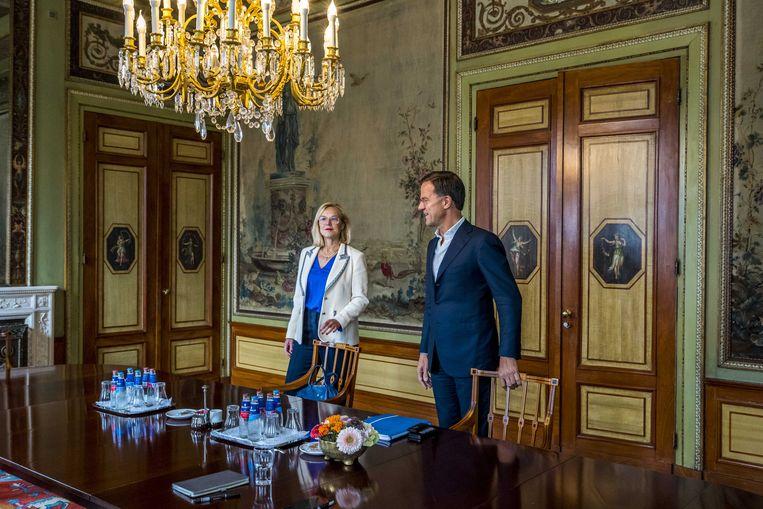Mark Rutte en  Sigrid Kaag voorafgaand aan een gesprek met informateur Mariëtte Hamer over de kabinetsformatie.  Beeld ANP