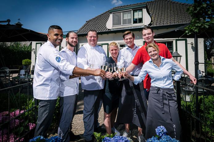 De winnaars van restaurant Zilt & Zoet in Maartensdijk. V.l.n.r.: Wirin (kok), Kevin (sous-chef) Rob (chefkok en eigenaar), Monica (gastvrouw en eigenaar), Gijs (gastheer), Sam (chef afwas), en Kristie (hoofd bediening).