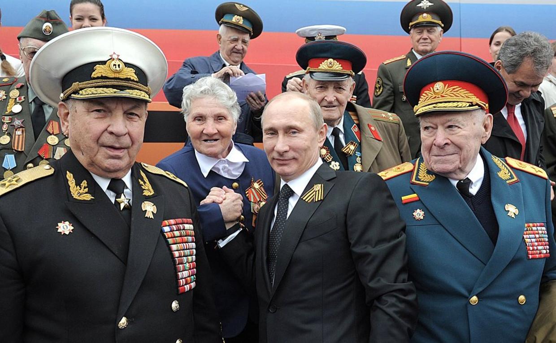 Generaal Filipp Bobkov (rechts) samen met president Poetin bij een militaire parade in 2012.