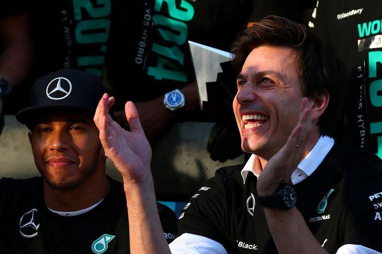 Toto Wolff (rechts), met Lewis Hamilton. Beeld GETTY