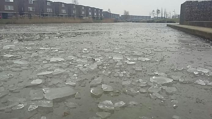 Ook het ijs op de vijver is vernield.