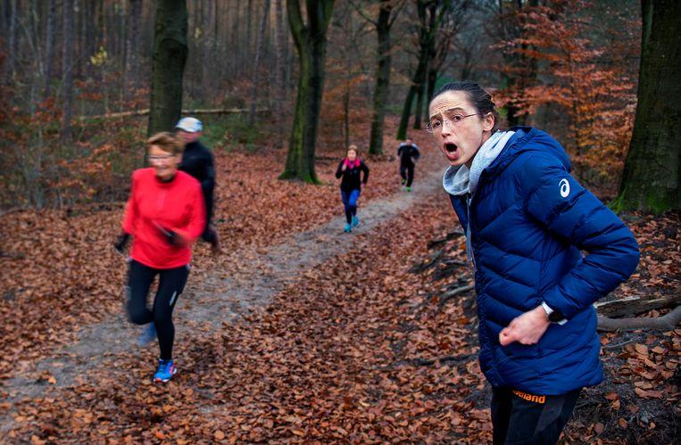 Andrea Deelstra geeft in de bossen van Apeldoorn een hardloopclinic tijdens haar fandag. Beeld Klaas Jan van der Weij
