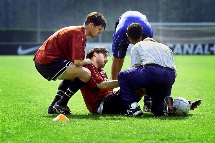 Ruud van Nistelrooy is tijdens een hersteltraining op 28 april 2000 opnieuw zwaar geblesseerd geraakt. Hij ziet het EK 2000 en zijn transfer naar Manchester United aan zijn neus voorbijgaan. Links Ernest Faber die hem ondersteunt.