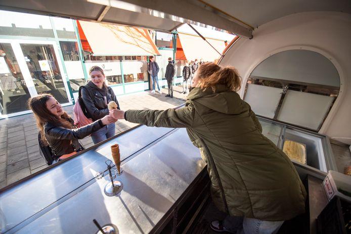 Leerlingen voortgezet onderwijs mogen weer naar school! En dat wordt bij De Waerdenborch in Goor gevierd met ijs!