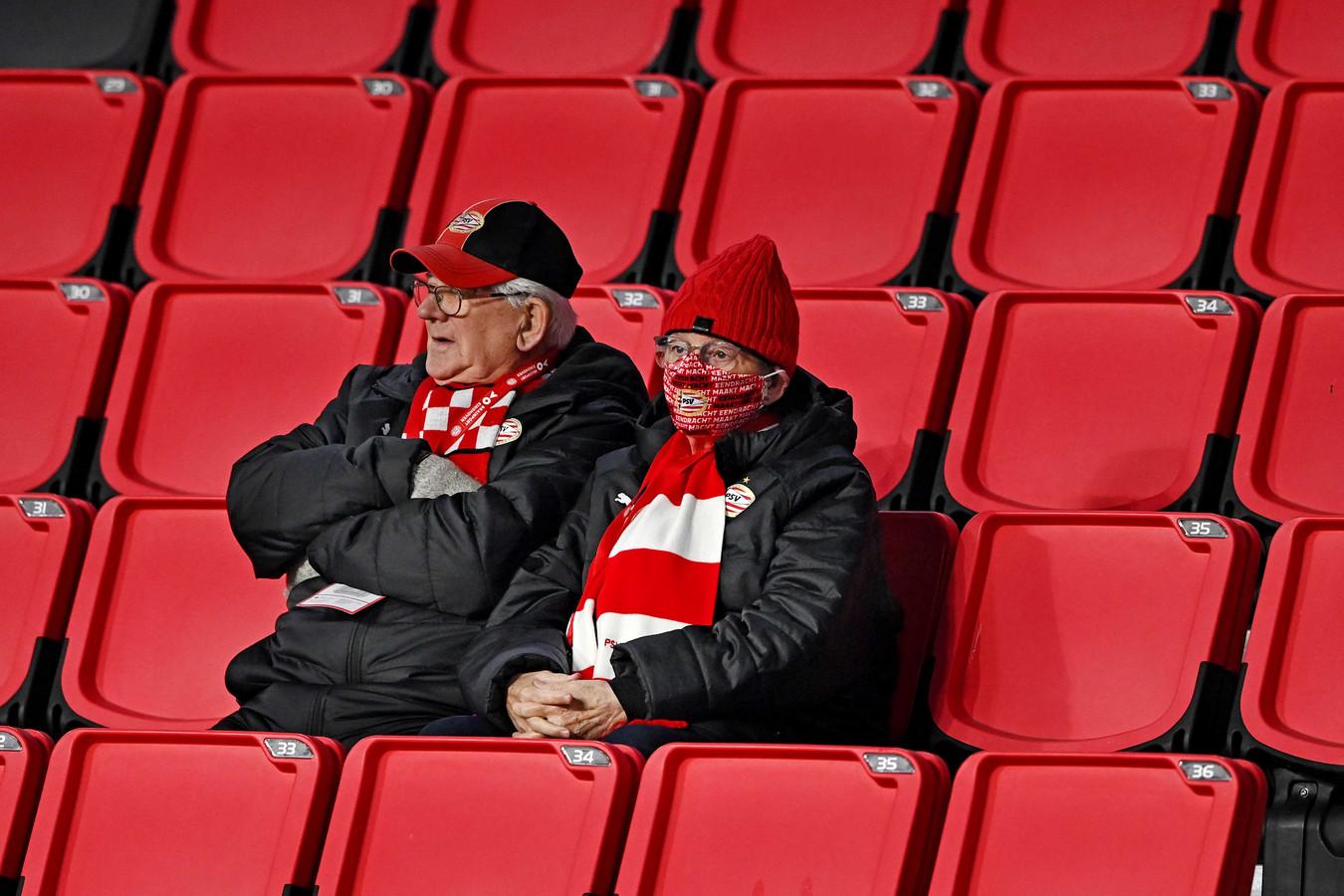 Johannes en Anneke Vernooij uit Eindhoven genieten momenteel als leden van de prikploeg het privilege dat ze tijdens wedstrijden in het Philips Stadion mogen zijn.